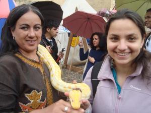 eu segurando uma cobra python